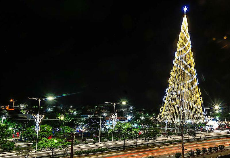 Árvore de Natal na avenida em Natal