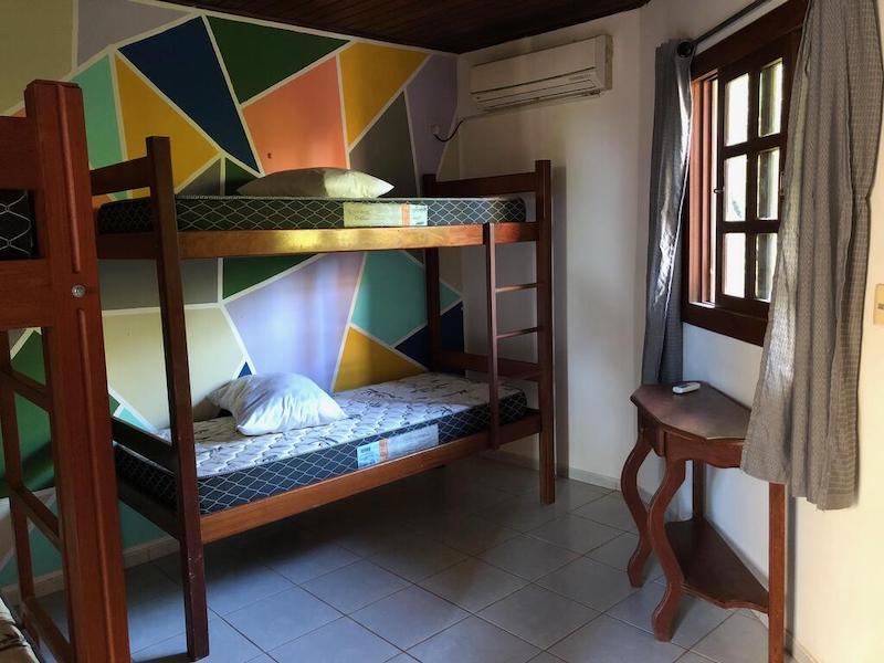 Quarto e cama no Galeria Hostel em Pipa